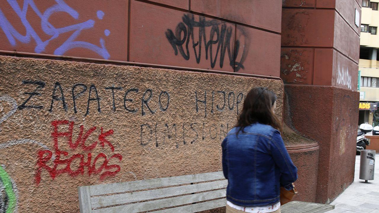 Las que no se borran. Los mensajes contra el expresidente José Luis Rodríguez Zapatero que manchan la fachada de UGT llevan años sin que nadie las haya eliminado