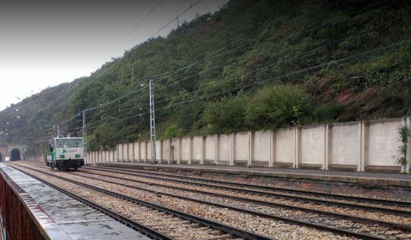 El tren parte en dos el corazón de Narón.Maquinaria de Adif, trabajando en el entorno de la antigua estación de Pajares