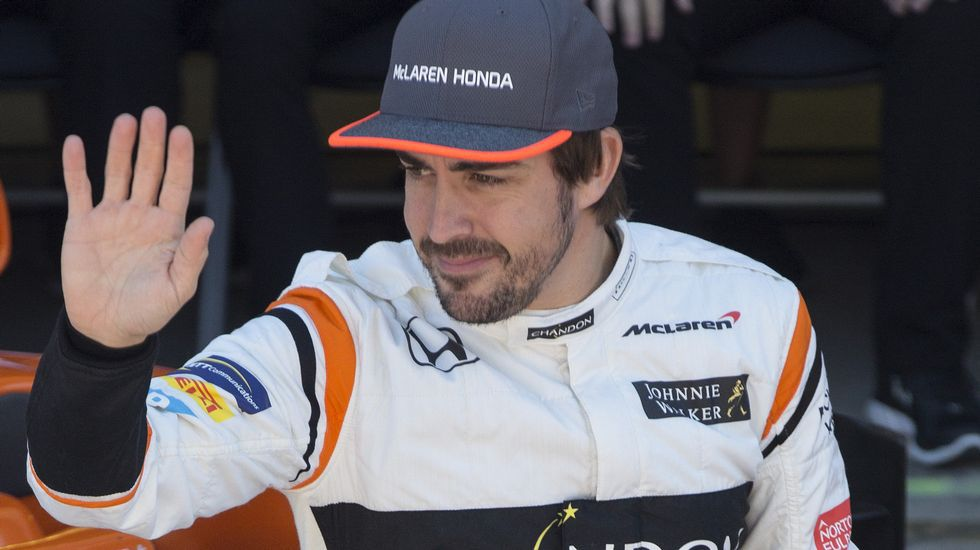 .El piloto español Fernando Alonso (d) posa para la foto oficial de la escudería McLaren, en Interlagos