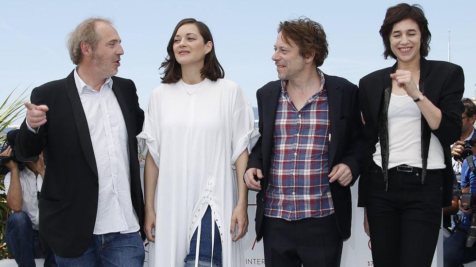Amigos de David Delfín se despiden del diseñador.Agustín Almodóvar junto a Esther García posando con el Premio Goya a la mejor dirección por Volver en nombre de Pedro Almodóvar