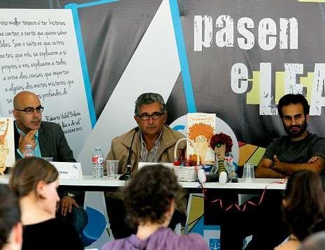 xxxl.Carlos López «Chinto», X. M. González «Oli» y David Pintor «Pinto», en la Feria del libro de A Coruña.