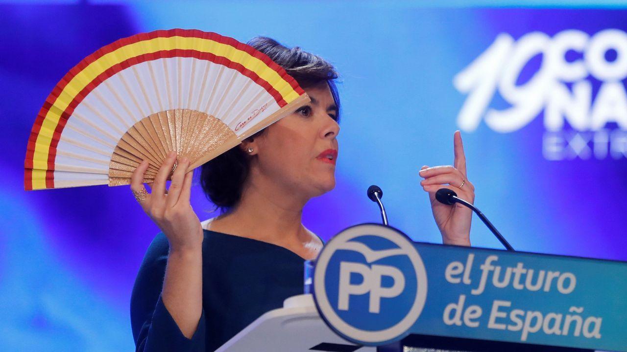 Soraya Sáenz de Santamaría ha sacado el abanico que tanto ha utilizado como símbolo en esta campaña.