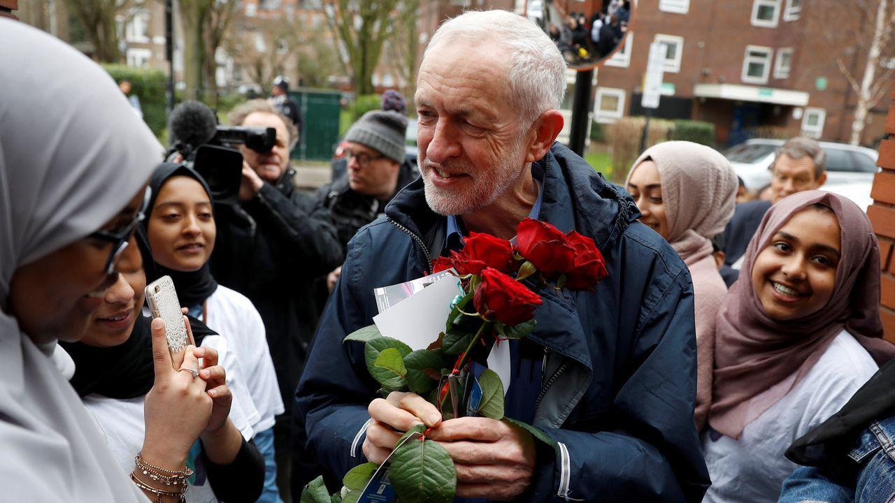 Corbyn recibe un rano de flores durante la visita a la mezquita de Finsfury Park poco antes de sufrir un ataque con un huevo