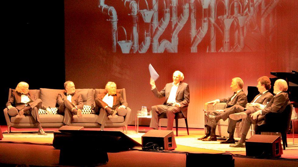 .Les Luthiers, con Álex Grijelmo en el centro, sobre el escenario del Jovellanos