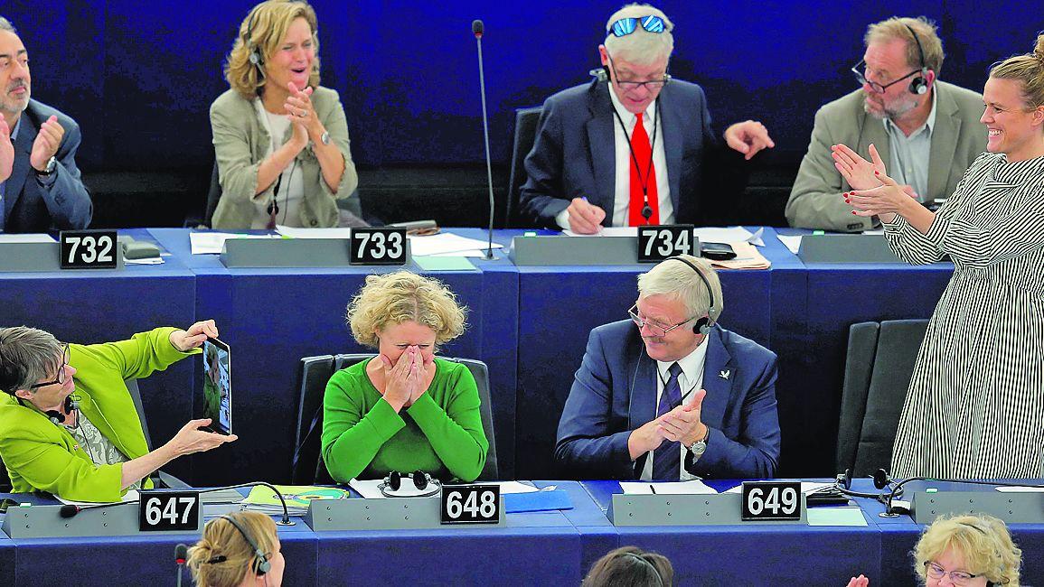 Sargentini, que elaboró el informe sobre Orbán, es aplaudida tras la votación