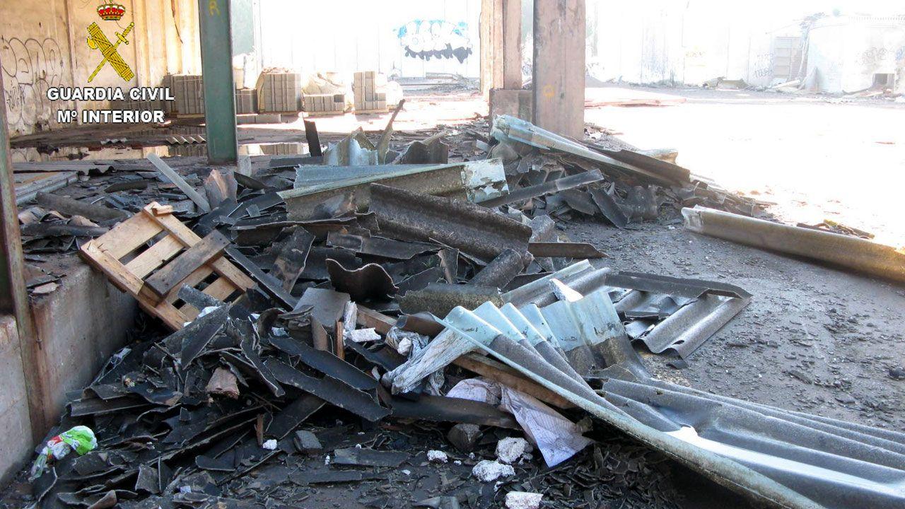 .Los restos de uralita hallados en unos terrenos en Ceares
