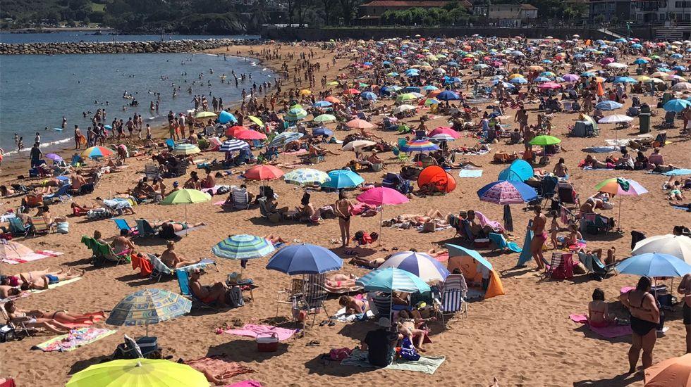 La playa de Luanco, abarrotada de bañistas