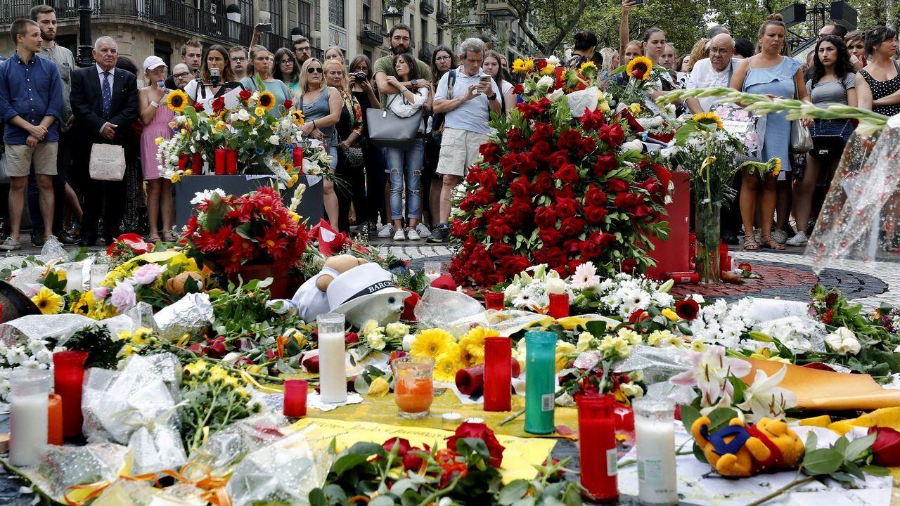 .Numerosas personas han depositado flores esta tarde en el mosaico de Miró en Las Ramblas en recuerdo de las victimas de los atentados del 17-A en Barcelona y Cambrils en el primer aniversario de los atentados terroristas