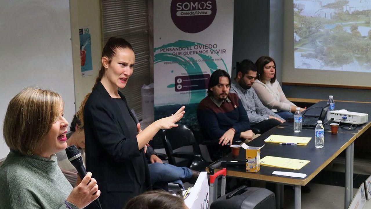 Ana Taboada interviene en la asamblea de Somos Oviedo, ante la atenta mirada de concejales como Ignacio Fernández del Páramo o Rubén Rosón