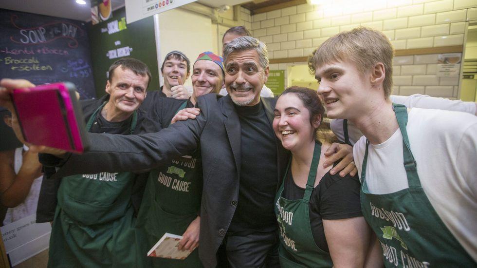Clooney desata la locura en una cafetería en Edimburgo.El helicóptero «Toro» operando a bordo de la F-103