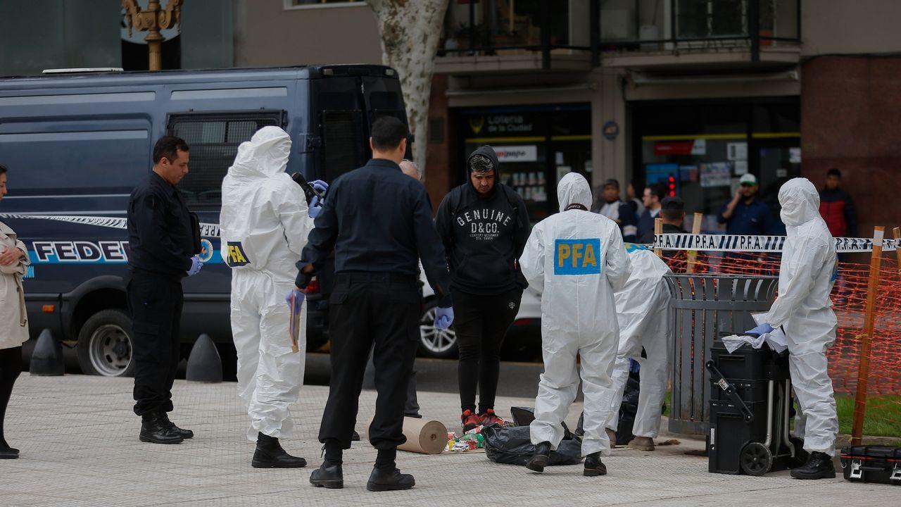 Miembros de la Policía Federal examinan el lugar donde fue atacado el diputado Olivares y un funcionario