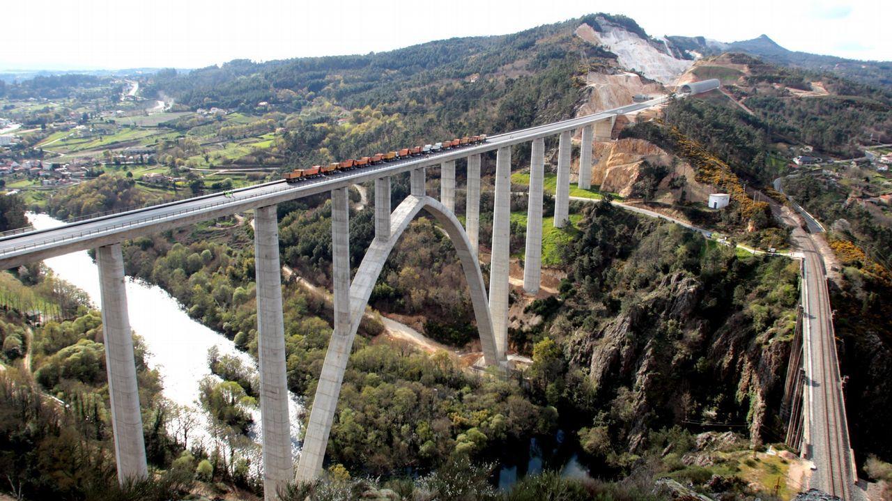 grifo de agua vaso.Viaducto del Ulla en el AVE entre Santiago y Ourense
