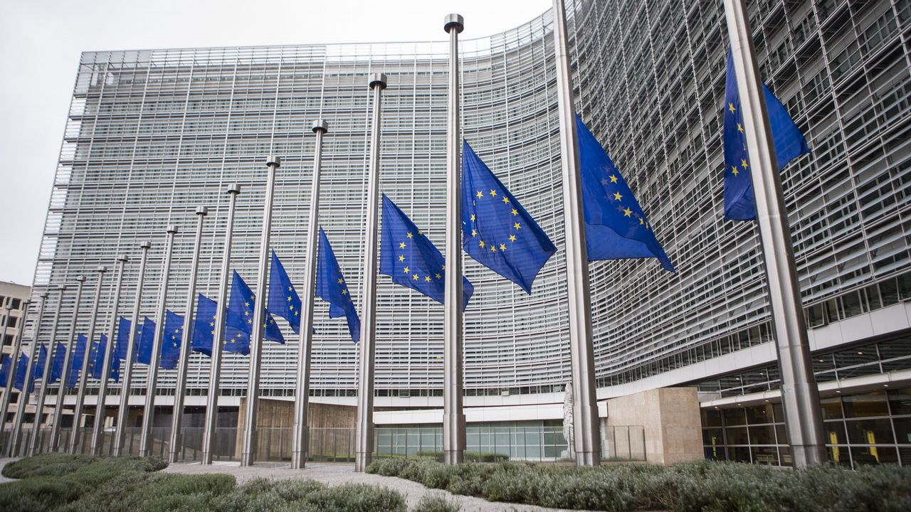 .Banderas de la Unión Europea ondean a media asta en la sede de la Comisión Europea en Bruselas