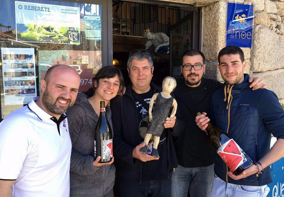 Noemí Vázquez xunto a Kepa Junquera, co premio Martín Códax á mellor sala de concertos, e outros colaboradores do local.