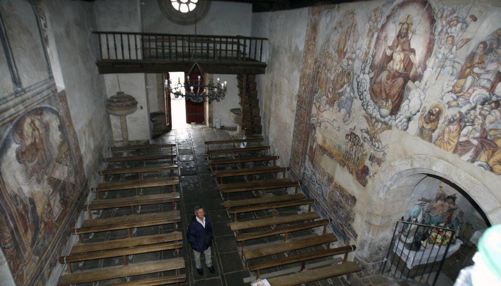 Vista xeral do interior da igrexa de Nogueira desde o seu arco triunfal, cos frescos xa recuperados dos muros laterais.