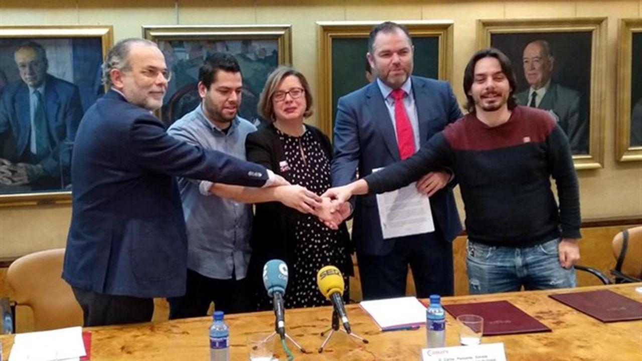 Rubén Rosón se dirige a Agustín Iglesias Caunedo, al término de un pleno de Oviedo.Presentación de las licencias colaborativas en Oviedo