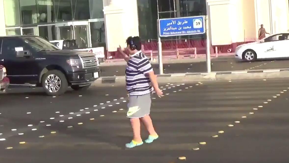 Arabia Saudí detiene a un niño por bailar la Macarena en la calle.