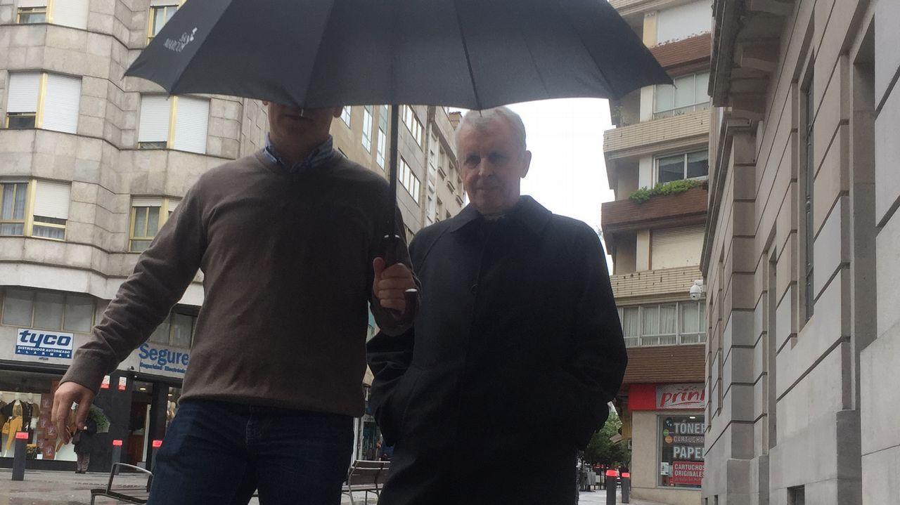Los obispos reconocen los abusos sexuales cometidos en el seno de la Iglesia.El obispo (derecha) a su llegada ayer a la Audiencia de Pontevedra