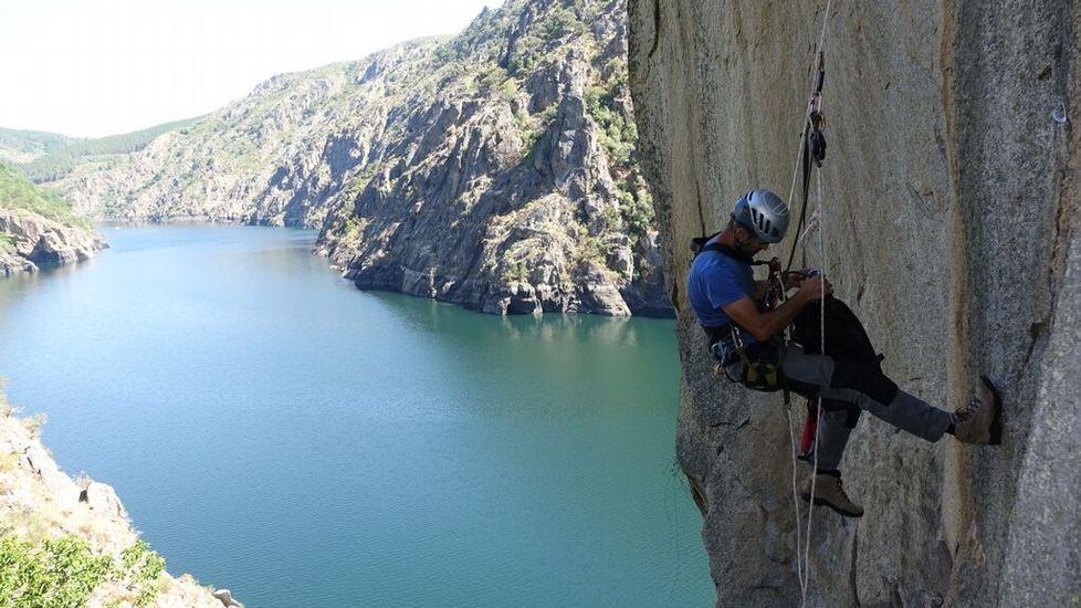 El escalador Alfonso Böck trepa por una roca en la orilla ourensana del cañón, entre los municipios de Nogueira de Ramuín y Parada de Sil