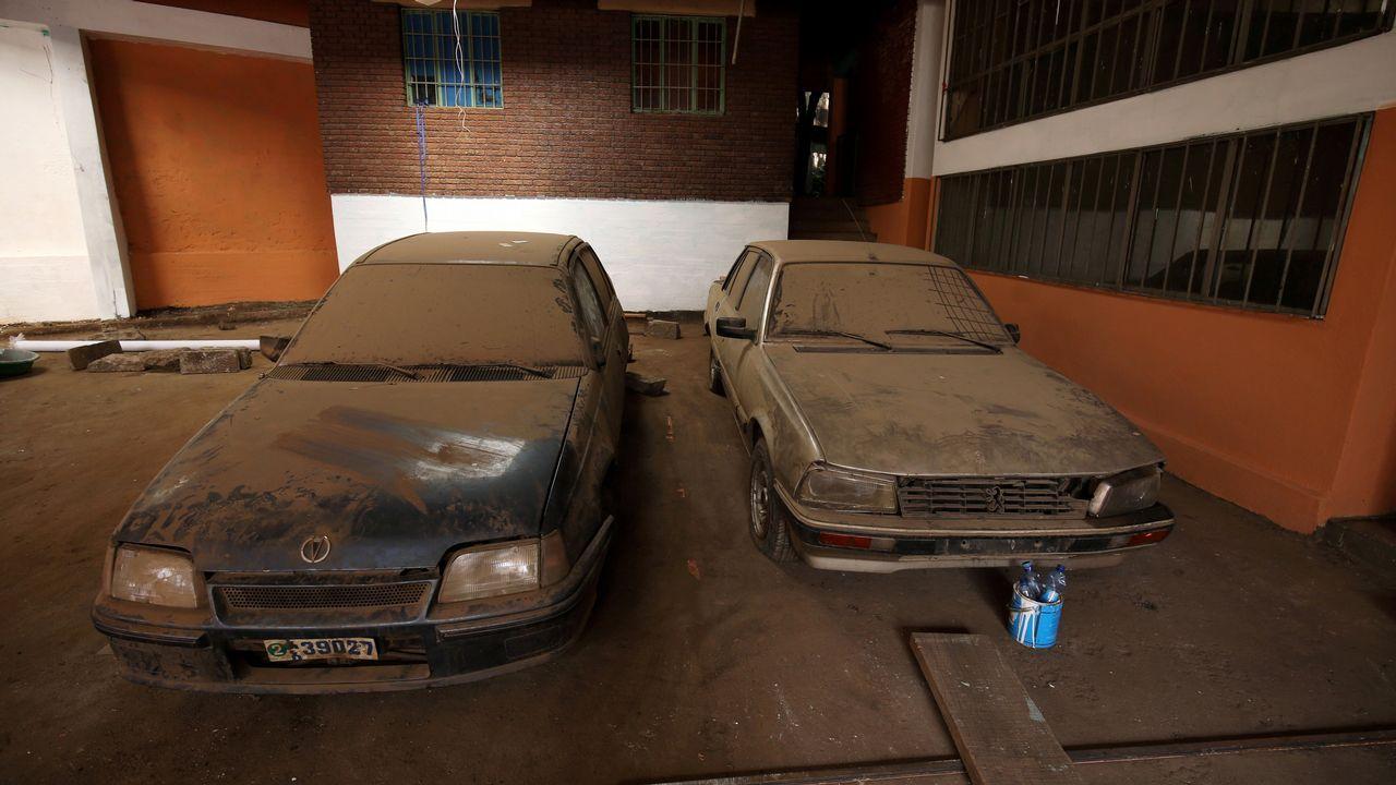 Coches abandonados en la embajada de Eritrea en Etiopía, que reabre sus puertas