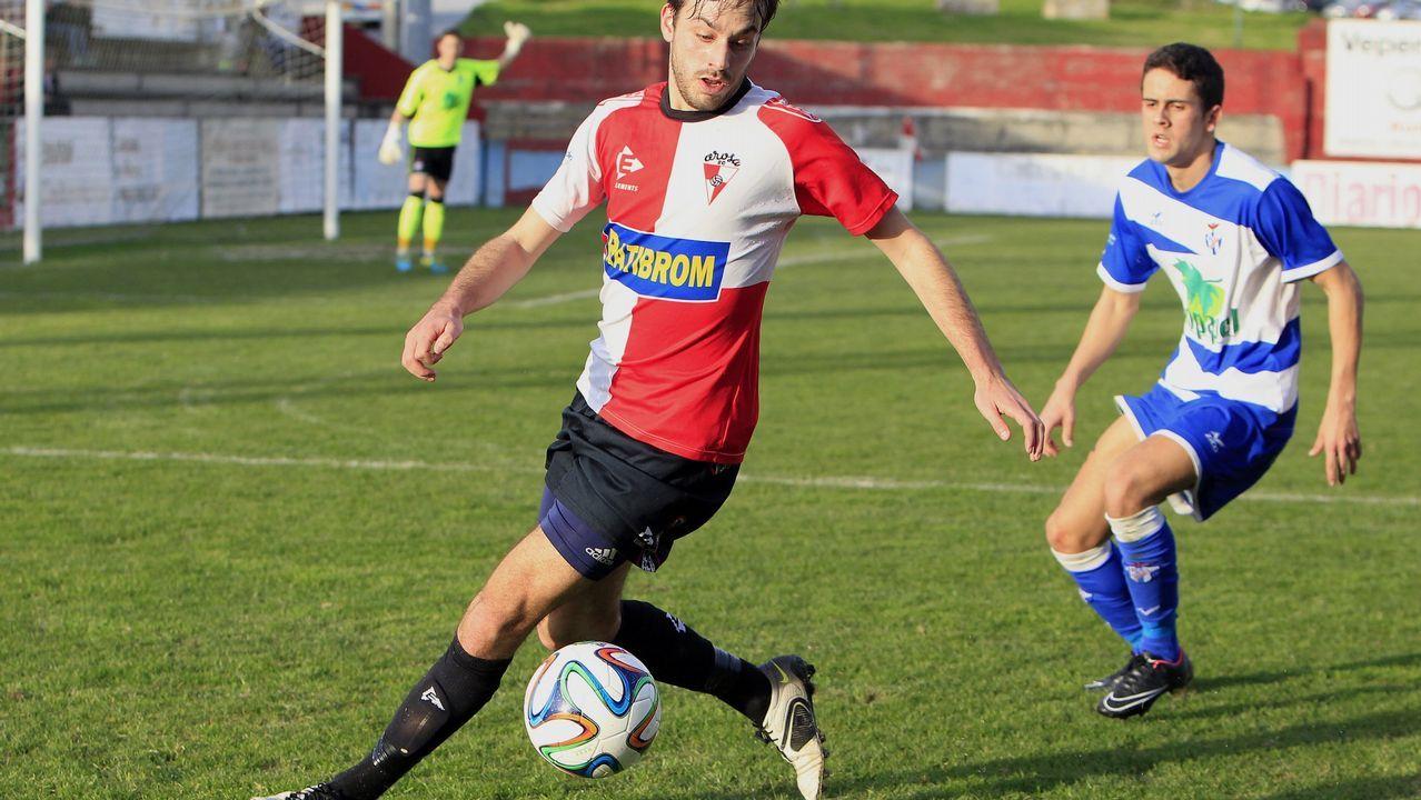 Gol Rocha Real Oviedo Sevilla Atletico.Deivid puja por un balón con Jorge Molina