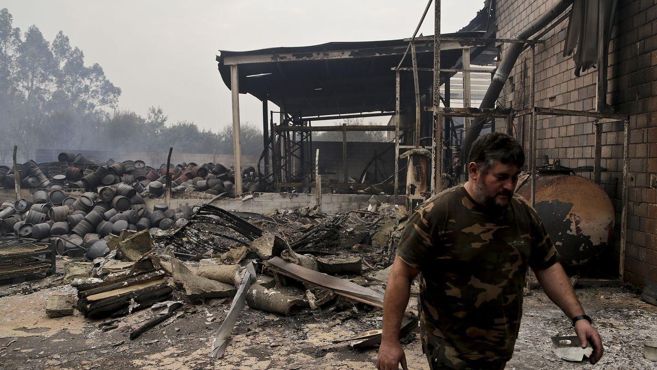 El incendio forestal de Pazos de Borben calcina unas naves de pales y cerveza