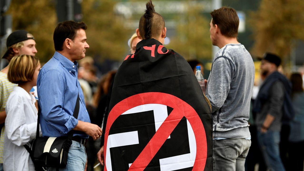 Un joven vista una bandera antifascista en un concierto solidario en Chemnitz (Alemania)