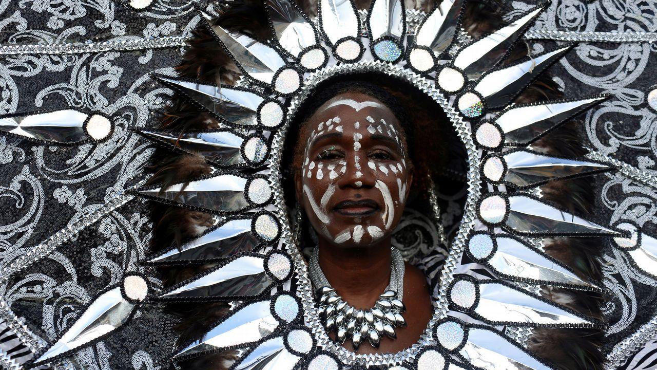 Una mujer viste un disfraz durante la festividad J'Ouvert, en Nueva York