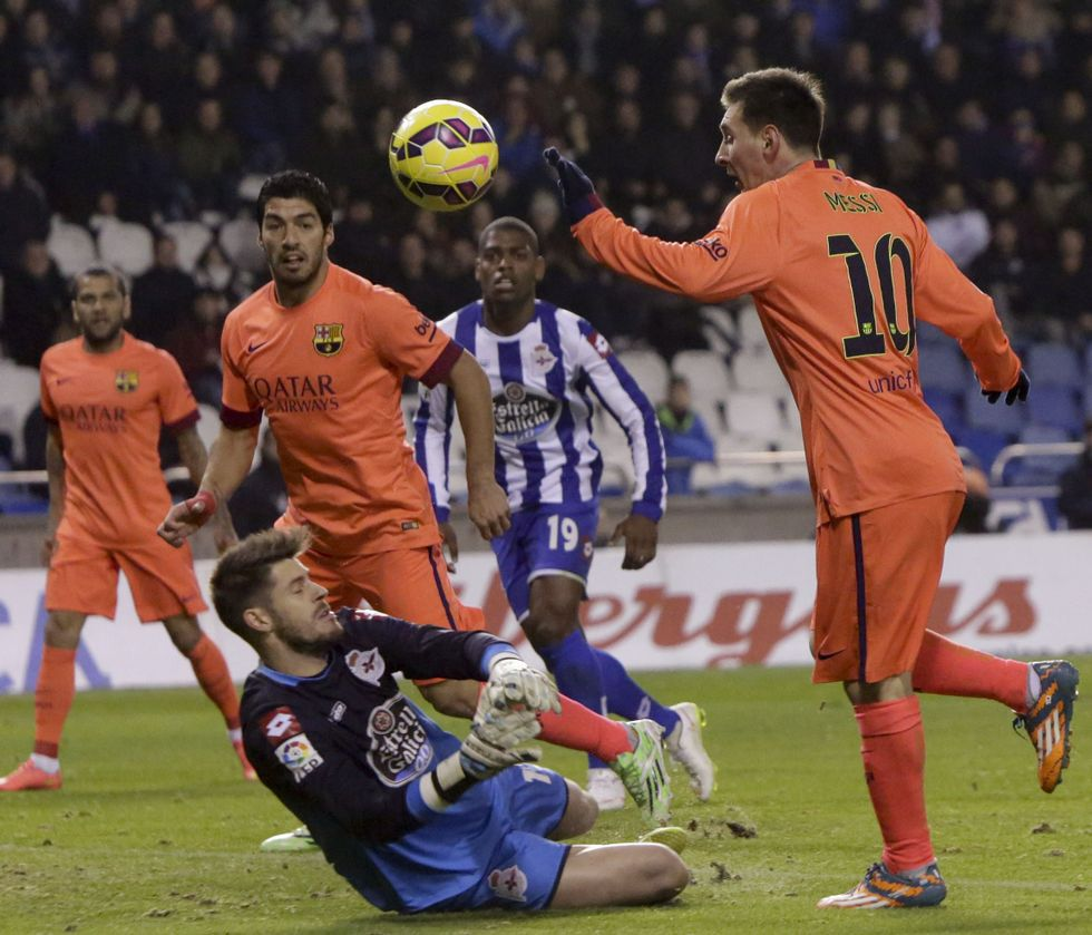 .Messi salva con una vaselina la salida de Fabricio y anota el primero de sus tres tantos de ayer en Riazor.