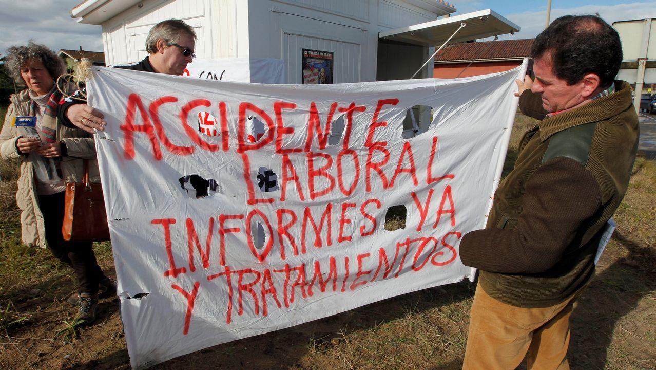 Tres trabajadores en representación de los 49 que resultaron en 2012 intoxicados por mercurio en las instalaciones de la fábrica de Asturiana de Zinc (AZSA) han iniciado una huelga de hambre