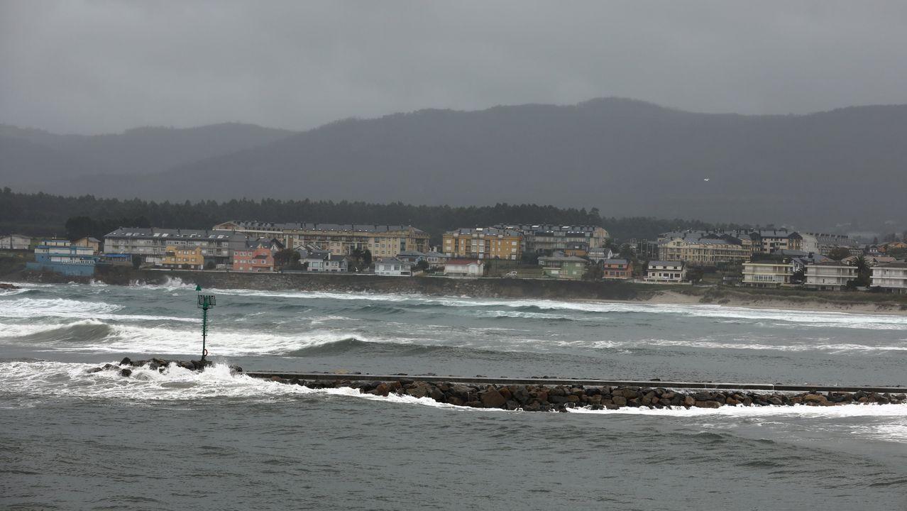 Edificios sin terminar en la costa de Barreiros