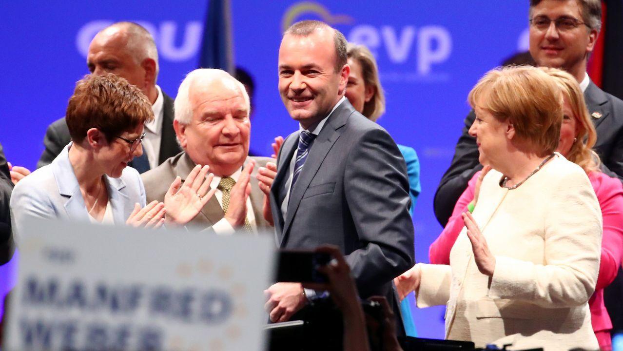 Manfred, flanqueado por Kramp-Karrenbauer y Merkel.