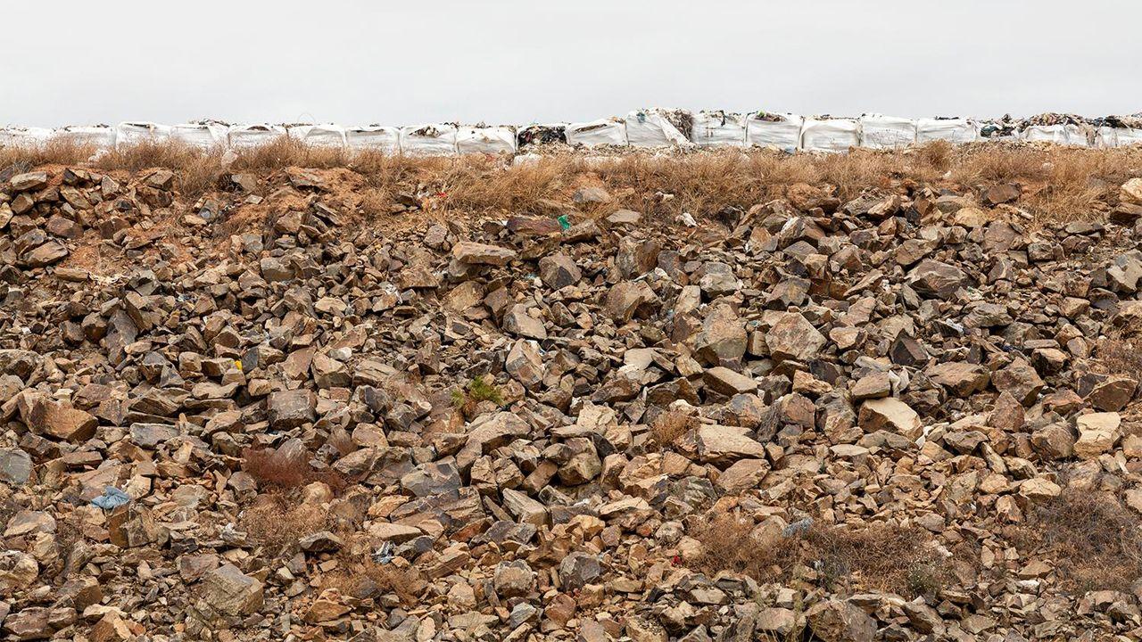 Compactar los residuos y envolverlos con film es una buena manera para evitar que vuelen los residuos o que se acercan demasiados animales.