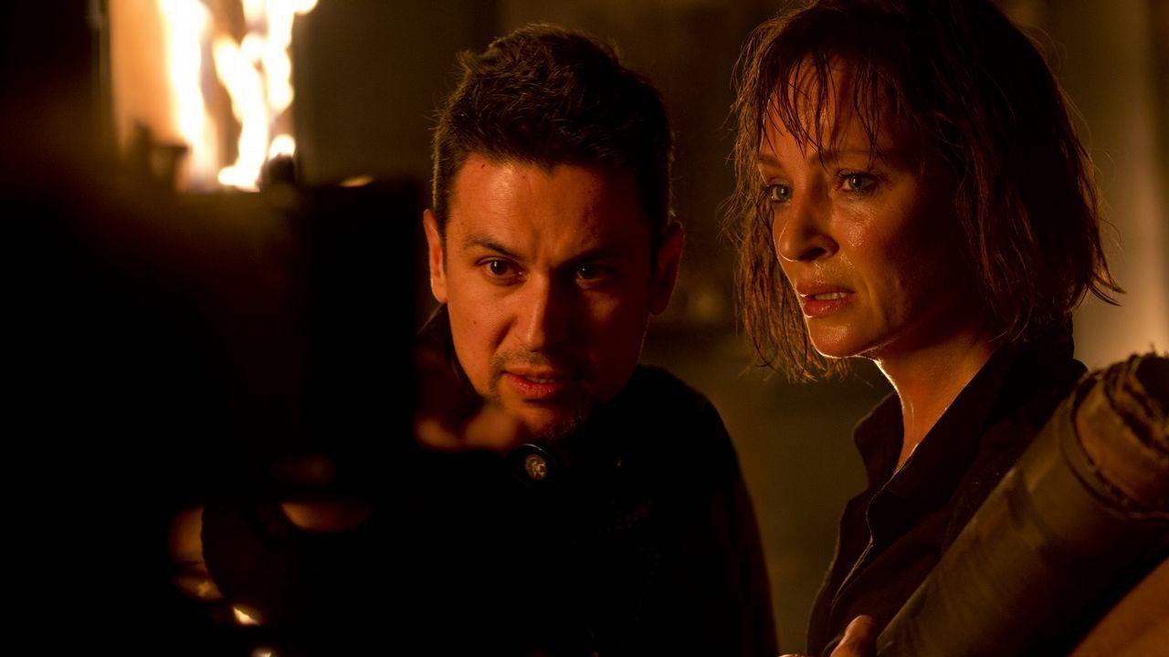 Rodrigo Cortés, dirigiendo a Uma Thurman en una escena de «Blackwood»