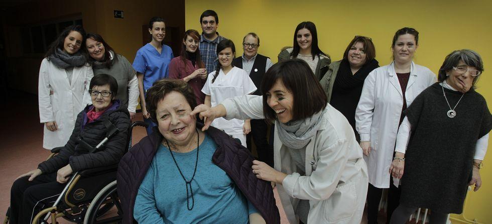 Carril de tren de Arcelor, en Veriña.Un grupo de pacientes y trabajadores de la Federación Gallega de Enfermedades Raras y Crónicas posan en el local que ocupa la agrupación .