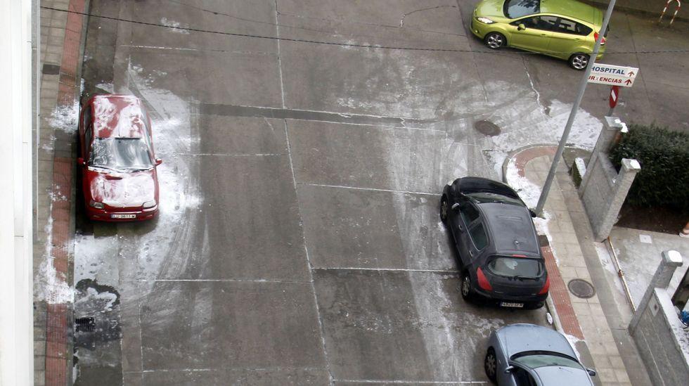 Restos de la helada de los últimos días en los coches aparcados en la calle Corredoira, este lunes a primera hora de la mañana