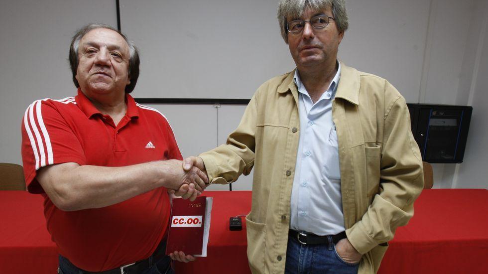 Mario Docasar estrecha la mano de José Luis López, el secretario provincial de la federación de industria de CC.OO. en el anuncio de su pase a este sindicato a finales del 2016
