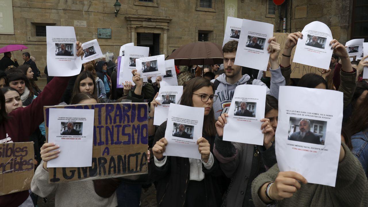 Decenas de alumnas piden «contundencia» ante el Rectorado de la USC