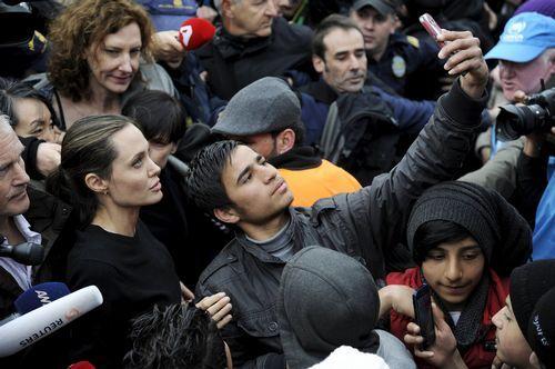 Visita de Angelina Jolie a Grecia.España se sumó a la precaución de Italia por el desplazamiento a Libia de las rutas de entrada de migrantes a Europa.