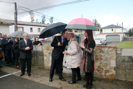 .El alcalde saluda a la viuda de José Luis, en presencia de su hija