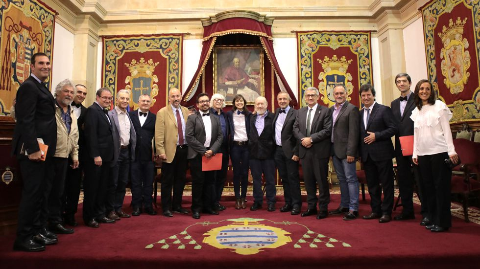 Integrantes de Les Luthiers junto a los participantes en el «Curso», en el Paraninfo de la Universidad de Oviedo