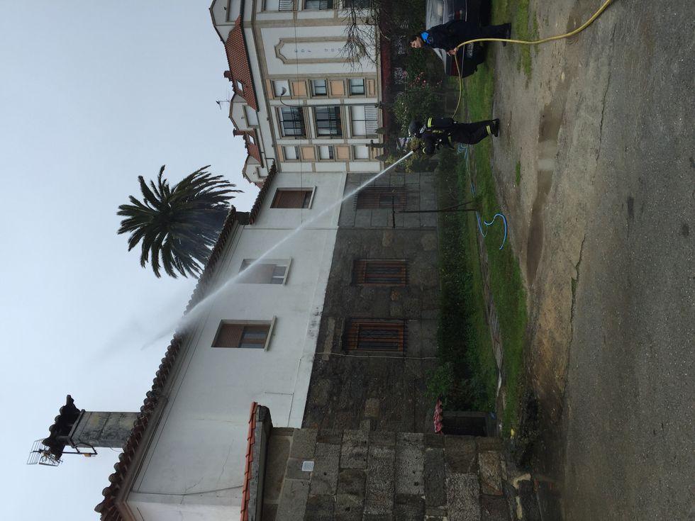 Un rayo cayo sobre la iglesia de San Martiño destrozando parte del campanario.