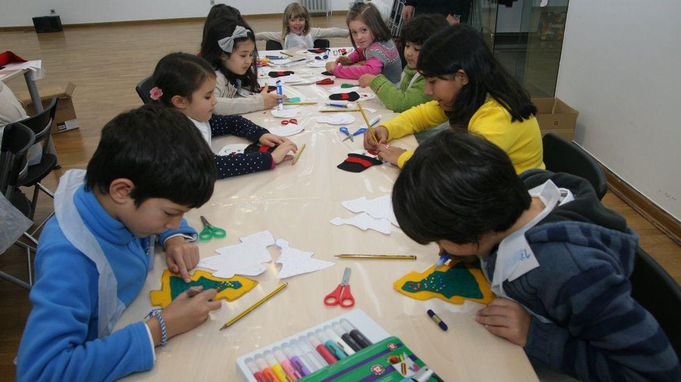 Mabel Rivera visitó a los alumnos del colegio Luis Vives e interpretó un texto de Valle Inclán con ellos..Talleres de artesanía para niños en el Centrad, en el 2011