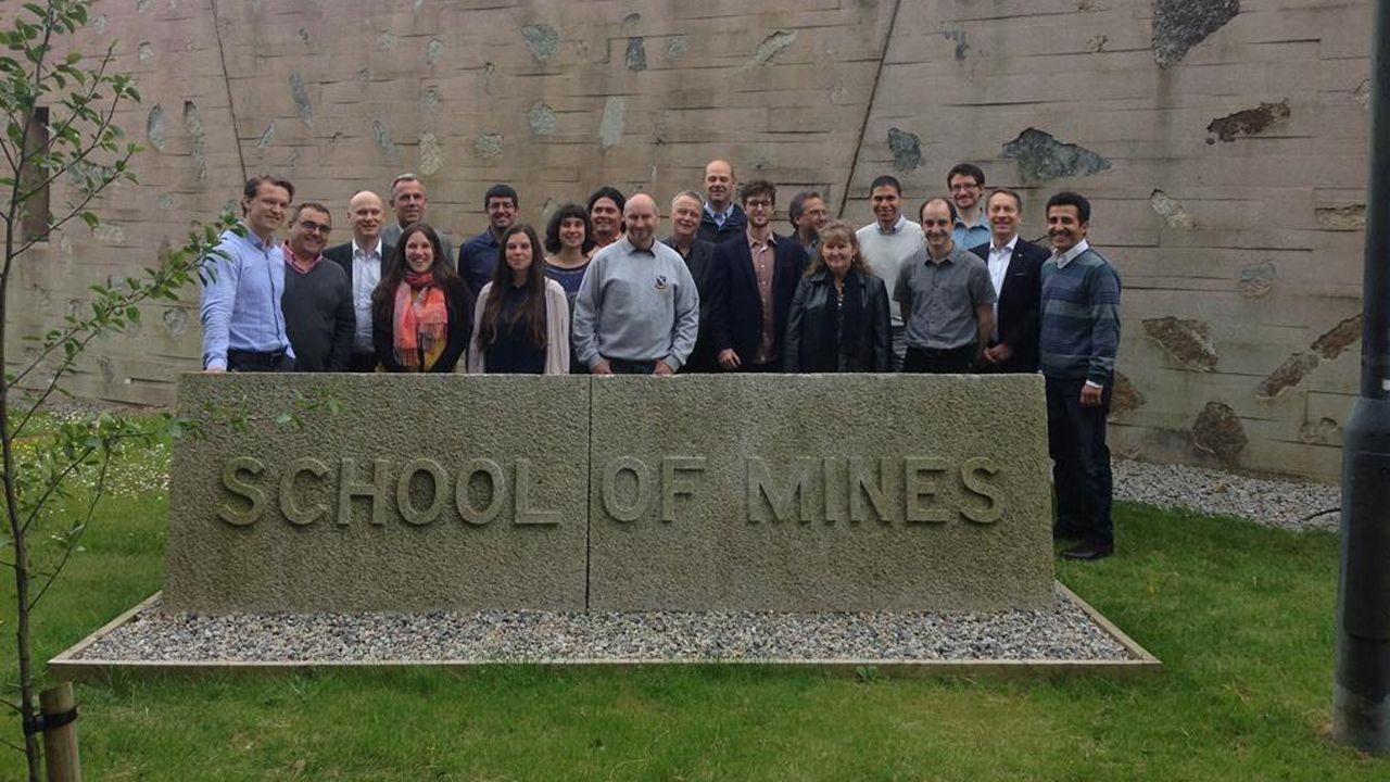 Genoma.Grupo de investigadores del proyecto en Camborne School of Mines (Universidad de Exeter). Juan María Menéndez Aguado, segundo por la izquierda, y Gloria González, octava