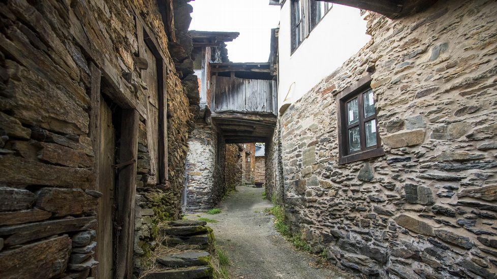 Una señal indicadora en el camino marca la dirección de la aldea
