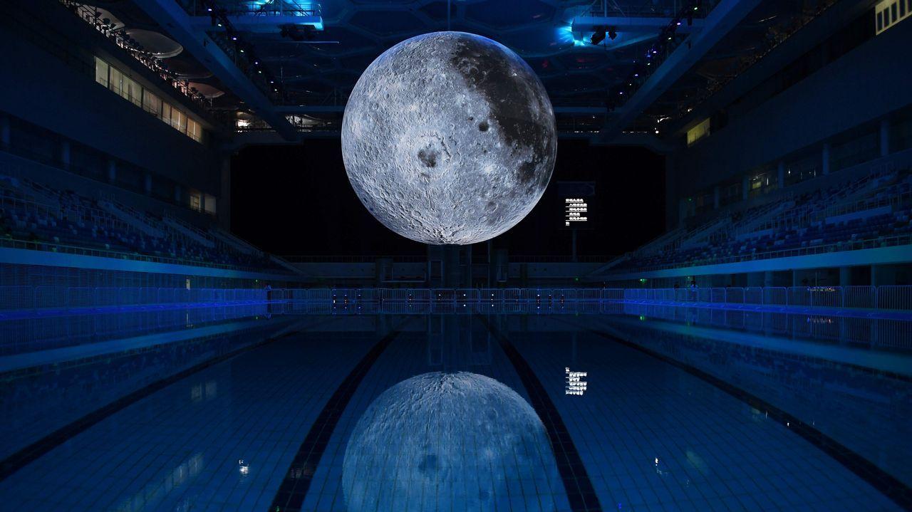 .Una imagen de la Luna cuelga en la piscina olímpica de Pekín