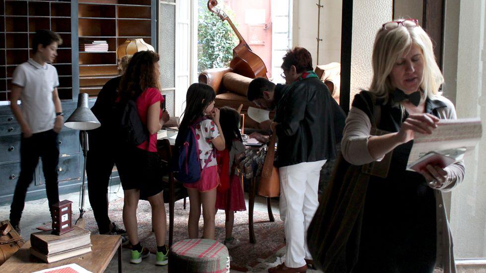 Participantes en la «Yincanta de Les Luthiers»,  en la «casa natal» de Mastropiero, en la antigua Droguería Asturias