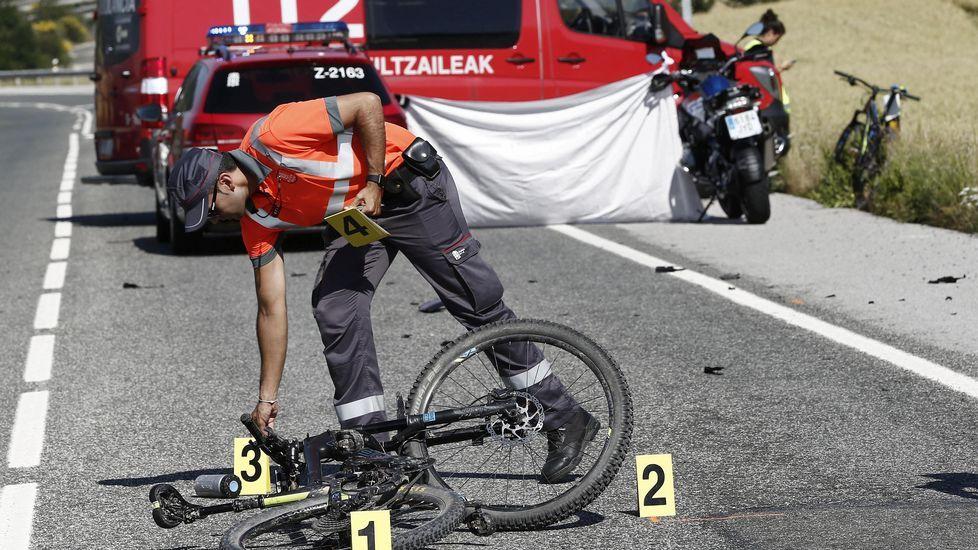 «El ciclista estaba sacando algo del bolsillo».