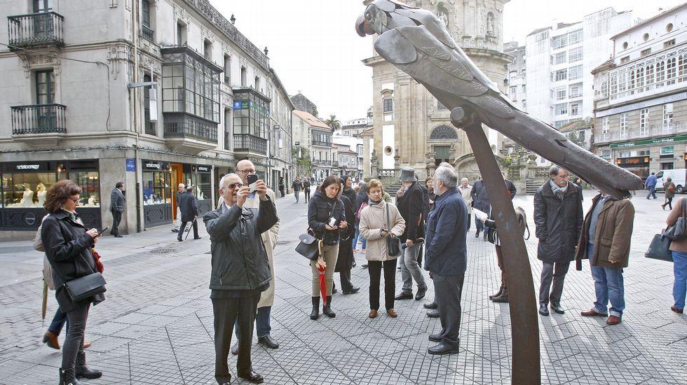 El presidente de la Agrupación de Libreros de Vigo, Antón Patiño, en la Alameda, donde jugaba de pequeño y donde se ha situado la feria del libro desde hace muchos años.
