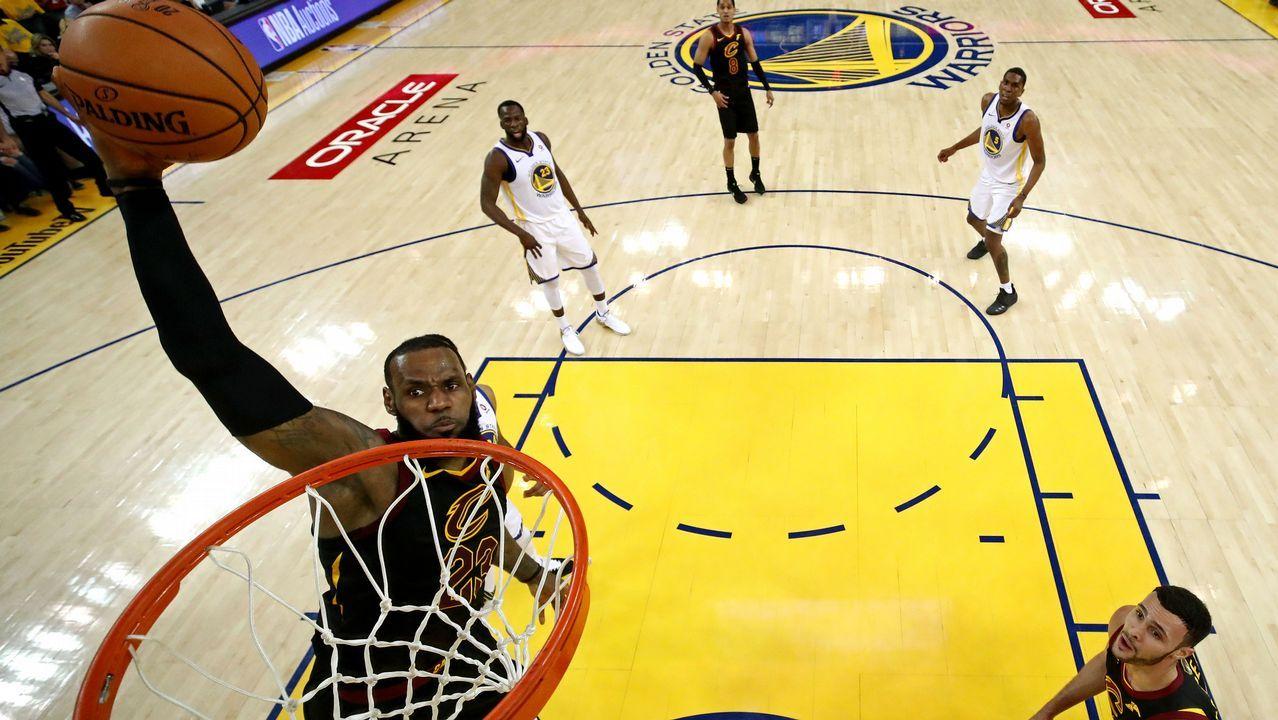 El récord de triples de Curry frente a LeBron James.Curry pelea con LeBron James por una bola suelta